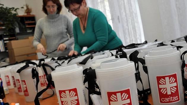 V sídle vsetínské Charity připravovali ve středu kasičky na letošní Tříkrálovou sbírku