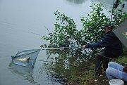 Tradiční soutěž v lovu ušlechtilých ryb se u rybníku v Podlesí u Valašského Meziříčí konala v noci na sobotu 11. srpna 2018.