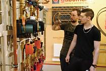 Studenti oborů technická zařízení budov a instalatér Střední průmyslové školy stavební ve Valašském Meziříčí se učí pracovat s funkčním topným systémem