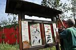 Yveta Pončíková a Milan Orálek z ČSOP Valašské Meziříčí provádějí údržbu informačního panelu na Naučné stezce Tomáše Bati ve vsetínském údolí Červenka; pátek 31. července 2020