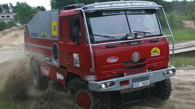 Posádka Adam Staněk – Martin Vlk se svou Tatrou 815 4×4 Dakar na podniku v Německu.