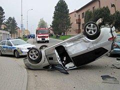 Po srážce tří aut v Zubří skončil ford na střeše