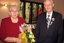 Manželé Zdeňka a Alois Žlebkovi si na meziříčské radnici v sobotu 17. října 2015 připomněli šedesát let společného života, oslavili takzvanou diamantovou svatbu.