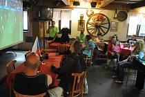 Hosté Hospůdky U Splavu ve Vsetíně – Ohradě sledují přímý přenos fotbalového utkání mezi Českou republikou a Španělskem na Mistrovství Evropy 2016; pondělí 13. června 2016