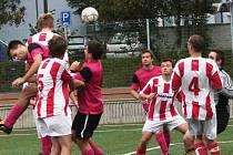 Fotbalisté Vsetína C na umělé trávě přivítali rezervu Huslenek (pruhované dresy) a po celý zápas marně dobývali skvělou defenzívu soupeře. Nakonec hosté tlak přežili a vezou tři body za vítězství 1:2.
