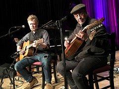 Glen Hansard (vlevo) a dlouholetý spoluhráč Leonarda Cohena Javier Mas koncertují na velikonoční neděli 16. dubna 2017 ve velkém sále Kulturního zařízení Valašské Meziříčí.
