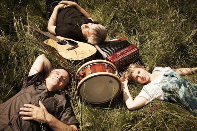 Kapela Žamboši má tři členy: Honzu Žambocha, Stáňu Žambochovou a Juru Nedavašku.
