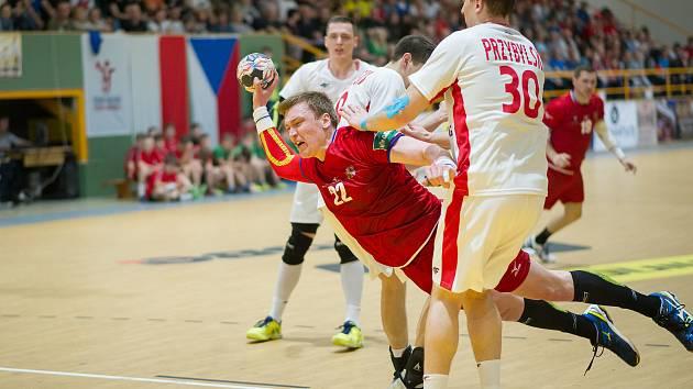 Exzuberský pivot Petr Šlachta (v červeném). Ilustrační foto.