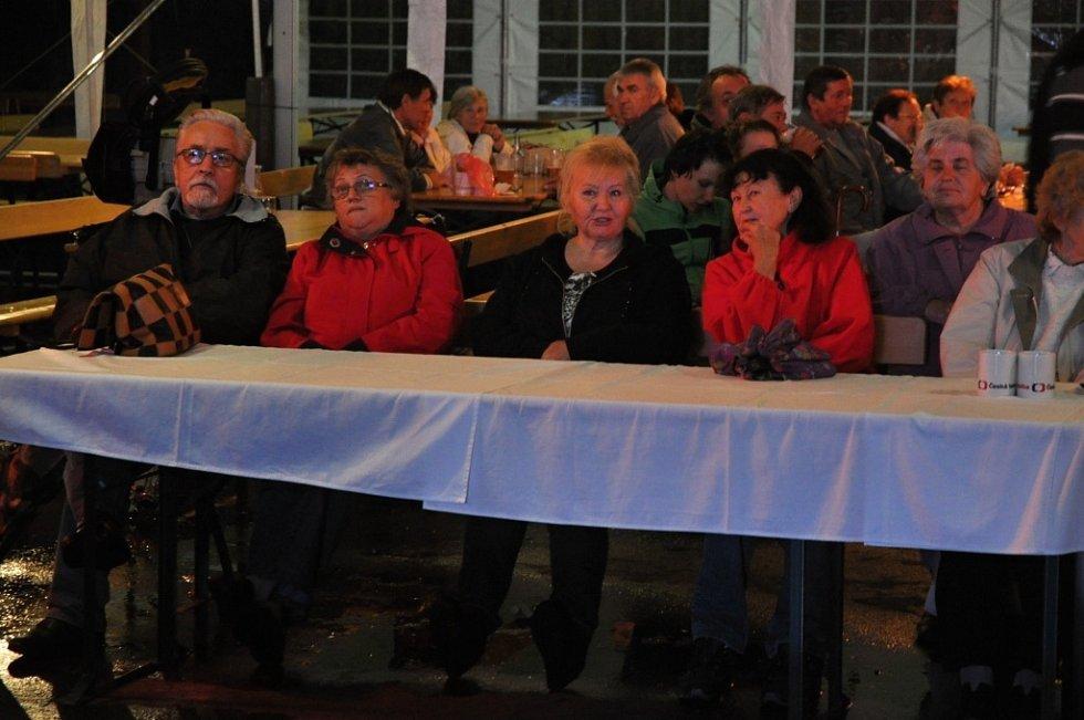 Předvolební debata České televize s moderátory Václavem Moravcem a Zuzanou Tvarůžkovou se ve středu 1. října 2014 vysílala v přímém přenosu z kulturního domu v Kateřinicích, vesnici roku 2014