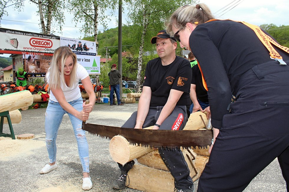 Na soutěž Prlovský drvař se v sobotu 11. května sjelo 32 soutěžících a stovky návštěvníků. Užívali si soutěže v řezání hrbaňú.