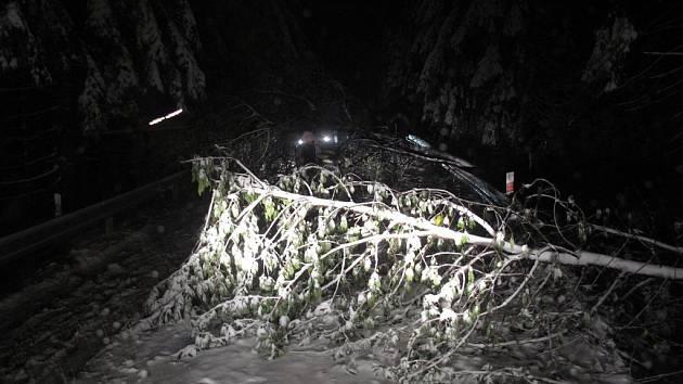 Hasiči museli v noci na čtvrtek 6. října 2016 odstraňovat spadlé stromy na silnici vedoucí na Pustevny.