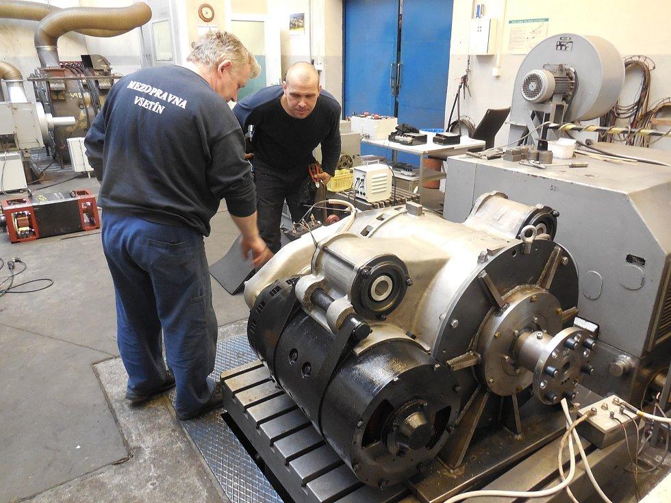 Motorový vůz M 290.002 známý jako Slovenská strela se dočkal v letech 2018-2020 opravy. Hnacího agregátu se ujala firma Mezopravna Vsetín. Záběh mechanického převodu na zkušebně - pan Tučník, Vlček