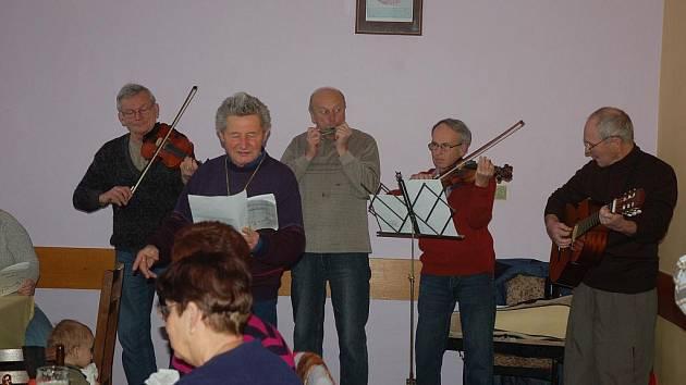 Na tradiční Štěpánskou vycházku se zpěvem koled se letos vydalo na sto padesát lidí.