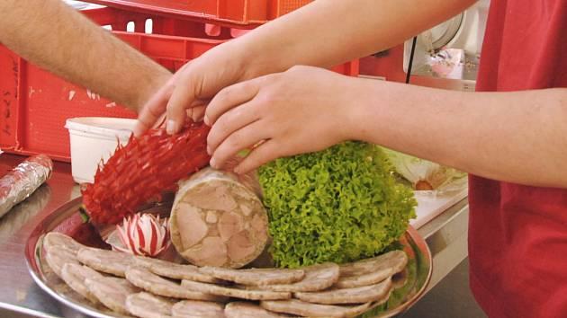 Jedenáct dvojic mladých řeznických učňů z Česka a Slovenska, letos výhradně chlapeckých, ve středu 11. dubna 2018 ve cvičných kuchyních valašskomeziříčské Integrované střední školy – Centra odborné přípravy zdobilo a aranžovalo své výrobky. Výsledek ochut