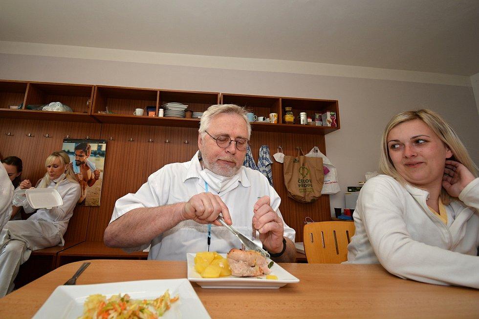 Poslední květnový den 2021 si zdravotníci ve vsetínském očkovacím centru pochutnali na obědě, který pro ně zdarma uvařil provozní vsetínské restaurace. Na snímku lékař Pavel Koňařík, vedle Aneta Kopuletá.