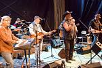 Zpěvák Tomáš Linka s kapelou Cadillac Pavla Brümera vystupuje v sobotu 3. srpna 2019 na scéně Letní kino v Bystřičce na Vsetínsku na 21. ročníku country festivalu Starý dobrý western.