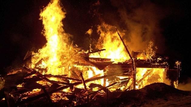 Rozsáhlý požár zničil chatu ve Velkých Karlovicích.