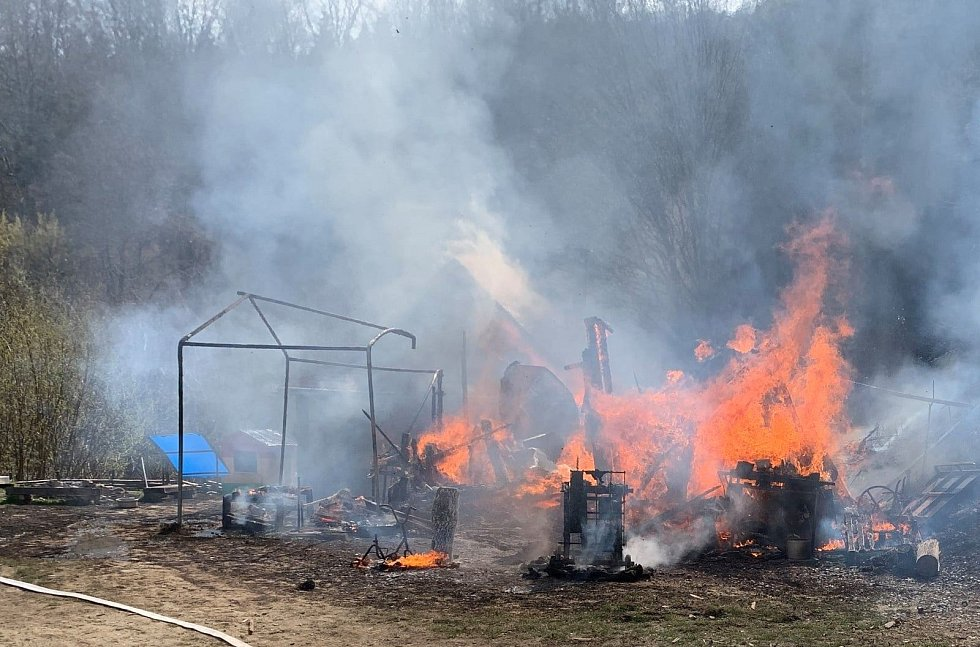 Ve vsetínské místní části Skalník shořely dvě chaty
