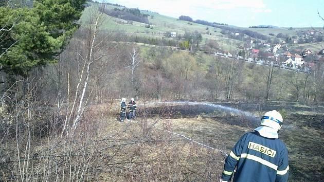 Požár trávy ve Francově Lhotě
