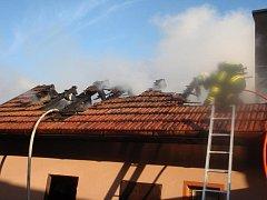 Hasiči likvidovali požár střechy hospodářského přístavku ve Francově Lhotě.