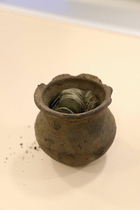 Hliněný hrníček plný stříbrných pražských grošů ze 14. století nalezený v lese v Ústí u Vsetína.