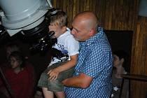 Pozorování meteorického roje Perseid přilákalo v neděli 11. srpna 2019 do valašskomeziříčské hvězdárny desítky návštěvníků.