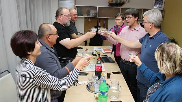 Závěr sčítání hlasů a následnou malou oslavu sdíleli v sobotu 6.10. 2018 s lídrem vítězné strany ve Vsetíně KDU-ČSL Jiřím Růžičkou jeho kolegové.