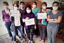 Pracovnice domova Harmonie ve Vsetíně děkuji společnou fotografií za darované ochranné roušky.