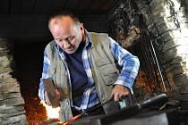 Sedmapadesátiletý Jiří Novák z Prostřední Bečvy pracuje ve skanzenu v Rožnově pod Radhoštěm jako kovář