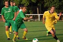 Fotbalisté Velkých Karlovic+Karolinky B (zelené dresy).