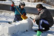 Členové sdružení Dědictví Velkých Karlovic uspořádali v sobotu 30. ledna 2016 zábavný den pro rodiny s dětmi. Hlavním bodem programu bylo tvoření soch ze sněhu.