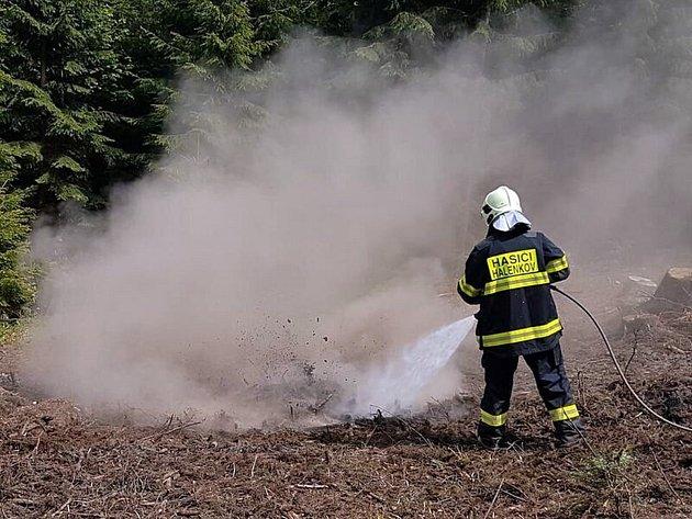 Členové jednotky Sboru dobrovolných hasičů z Halenkova zasahují u požáru ohnišť po lesní těžbě na hřebeni Javorníků v Halenkově; úterý 16. května 2017