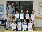 Pro vysvědčení si přišli také prvňáčci ze ZŠ Leskovec. Předával jim je jejich třídní učitel a zároveň ředitel školy Pavel Mičunek.