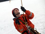 Hasičské cvičení záchrana lidí z lanovky v lyžařském středisku Kohútka. Na snímku hasič Marek Pavelka ze Zlína.