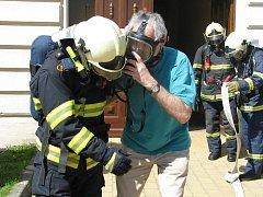 U domnělého požáru sauny v suterénu Speciálních škol pro sluchově postižené dnes zasahovali profesionální hasiči z Valašského Meziříčí. Na místo přijely dvě cisterny.