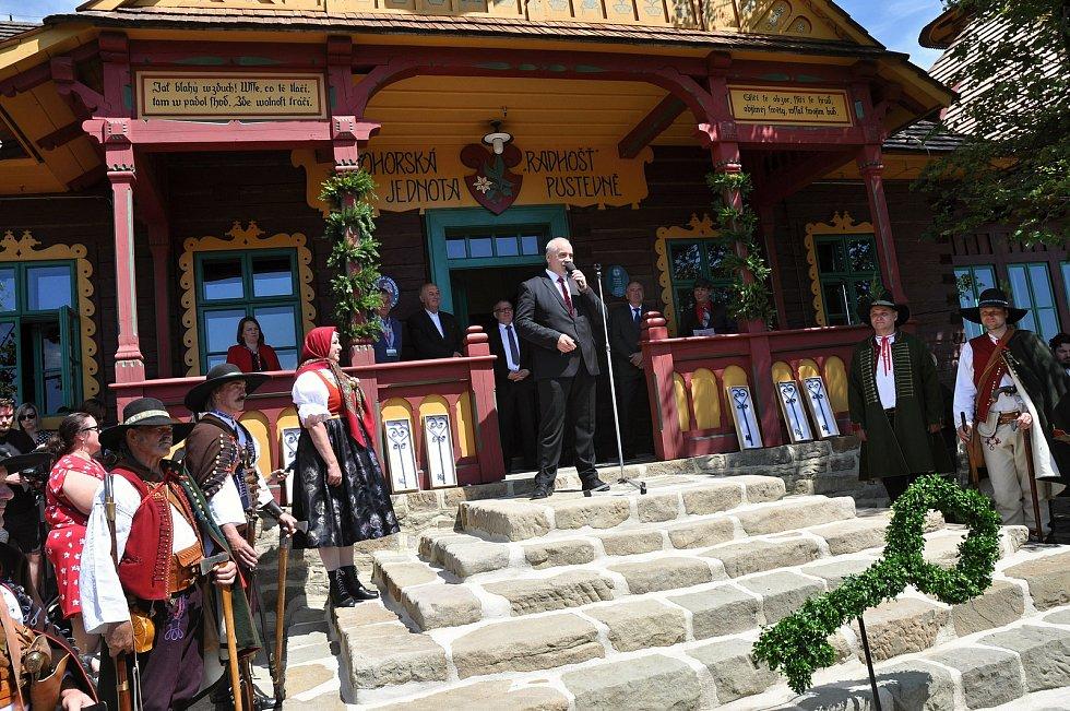Generální ředitel Národního muzea v přírodě Jindřich Ondruš hovoří při slavnostním otevření obnovené chaty Libušín na Pustevnách v Beskydech; čtvrtek 30. července 2020