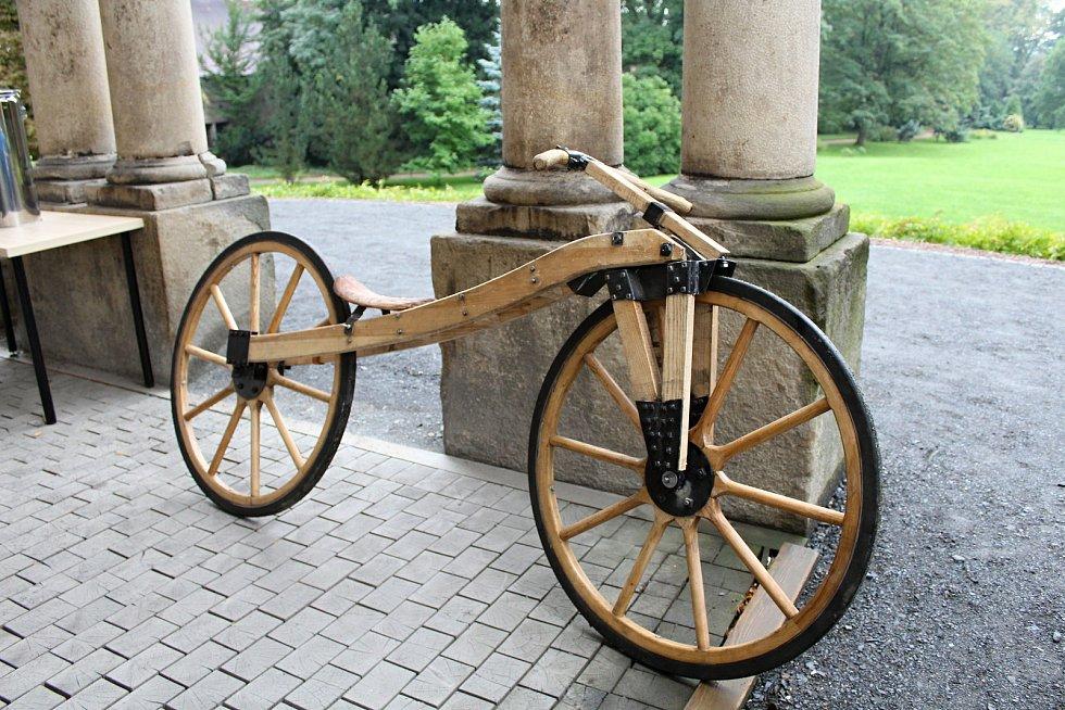 Historické automobily a motocykly z rožnovského Autoklubu byly k vidění v sobotu 16. září 2017 na nádvoří zámku Lešná u Valašského Meziříčí.