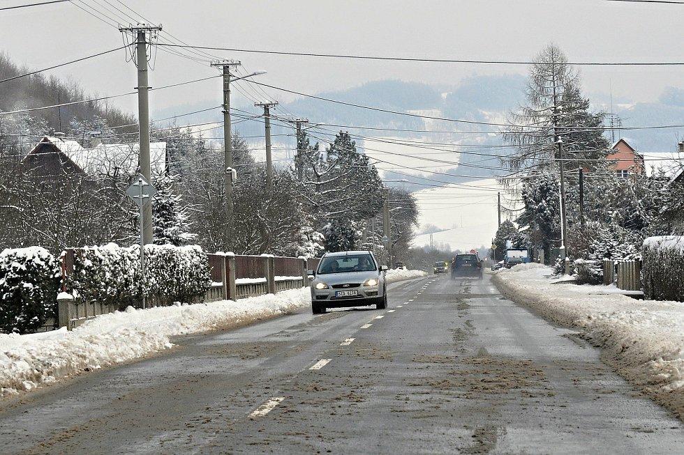 Silnice v Ratiboři na Vsetínsku byly v pondělí dopoledne mokré se zbytky rozježděného sněhu; pondělí 8. února 2021