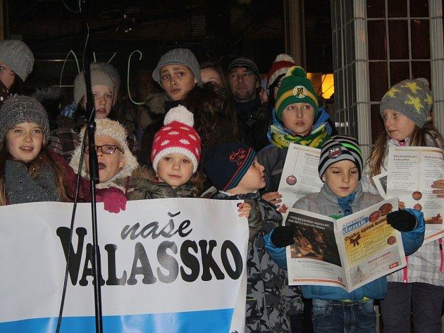 K celorepublikové akci Česko zpívá koledy se přidali i ve Vsetíně, zpívalo se před Domem kultury.