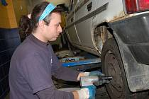 V pneuservisech mají v těchto dnech napilno. Musejí zvládat nápor několika desítek vozů každý den