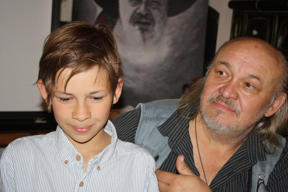 První klapka valašského filmu Děda zazněla ve čtvrtek v podvečer v hospodě Kyčerka ve Velkých Karlovicích.  Mediálním partnerem filmu je Valašský deník