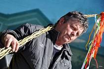 Šestapadesátiletý Jaromír Hradil ze Zašové drží svou vítěznou pomlázku, se kterou v pátek 16. března 2012 zvítězil v soutěži O největší velikonoční pomlázku na Josefském jarmarku na Masarykově náměstí v Rožnově pod Radhoštěm.