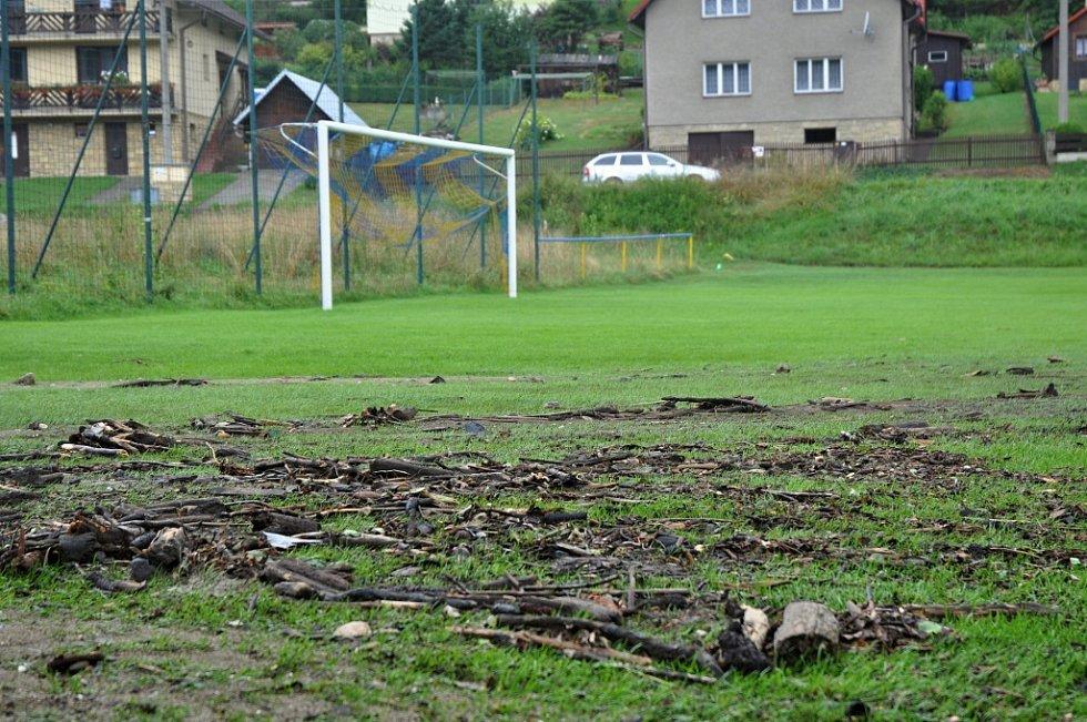 Fotbalové hřiště týmu FC Semetín poničené Semetínským potokem rozvodněným při silné bouřce a přívalovém dešti; pondělí 1. srpna 2016