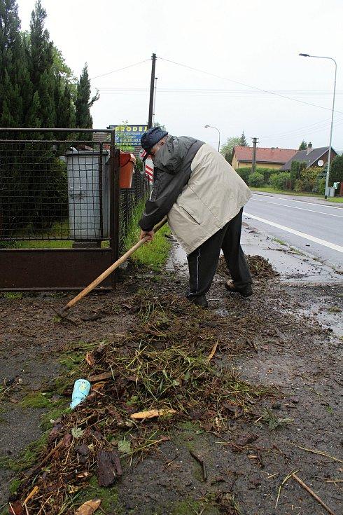 Obyvatelé Ústí u Vsetína likvidují 23. května 2019 následky velké vody. Den před tím zatopila zahradu i sklepy i Danieli Lukovskému.