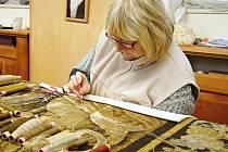 Tkadleny z Moravské gobelínové manufaktury ve Valašském Meziříčí restaurují dva vzácné historické gobelíny se slavnými vojevůdci starověku, pocházející ze soukromých sbírek. Starší utkali okolo roku 1560 v proslulé dílně v nyní belgickém městě Oudenaarde.