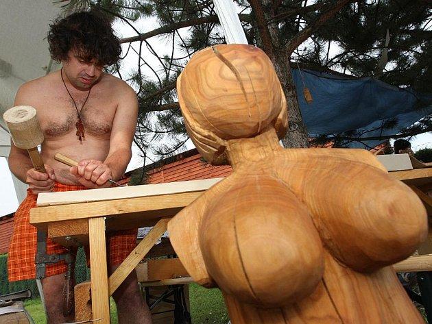 Valašské kumštování nabízí tradiční setkání s malíři, řezbáři, keramiky a sochaři a programem Valašská múza.