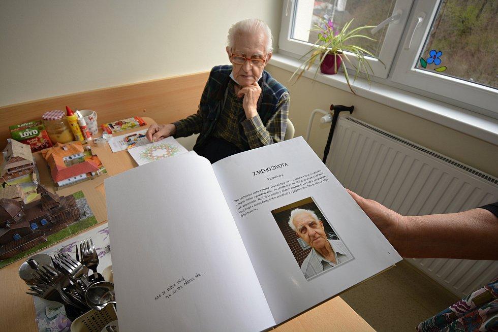 Domov pro seniory Jasenka v dubnu 2021 během pandemie covidu. Obyvatel domova Vladimír Alois Váleček v době pandemie tvořil.