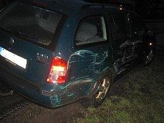 Hošťálková – Do oplocení pozemku u rodinného domu a potom také do skříně s rozvodem plynu narazilo v pátek ráno (19. 2.) osobní auto.