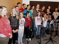 Dětský sbor souboru Vsacánek při natáčení CD valašských koled ve vsetínském studiu Pro Marts v budově Střediska volného času Alcedo