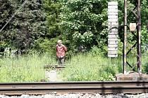 Lidé, kteří si krátí cestu přes koleje, riskují životy. Zbytečně. Kvůli minutě.